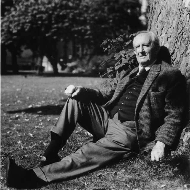 http://frikilogia.com/wp-content/uploads/2012/04/Tolkien_Relaxed.jpg