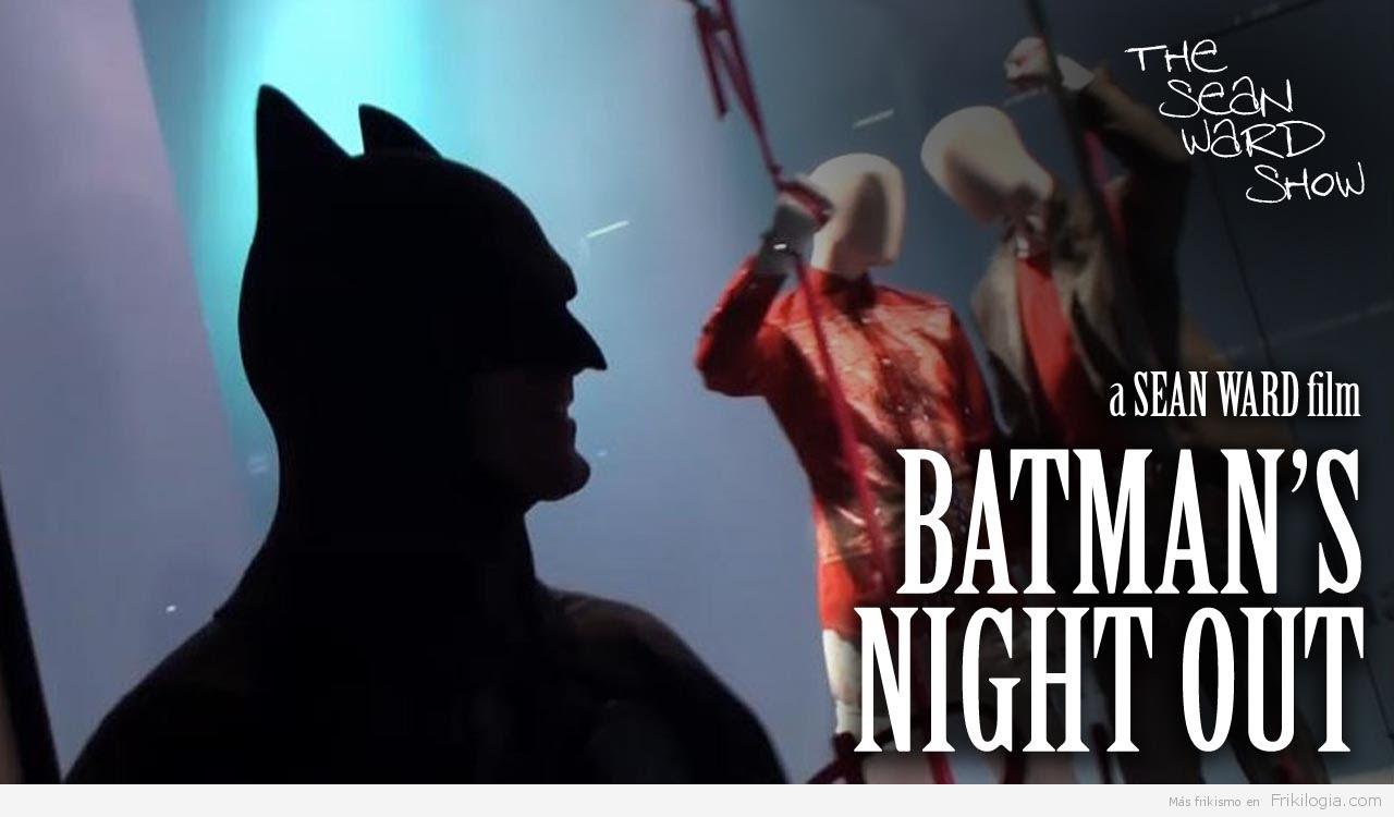 Espeluznante Batman gritando a la gente.