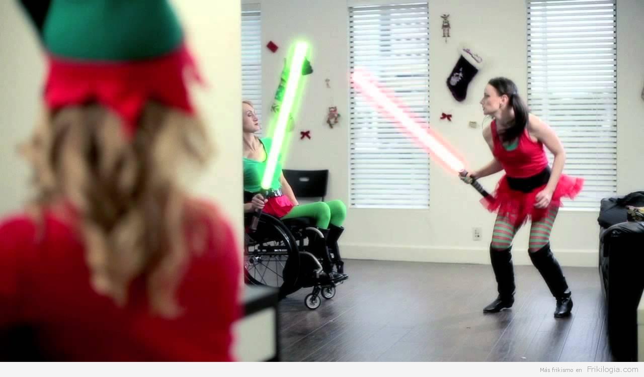 Esto es una elfa de navidad que saca un sable laser…