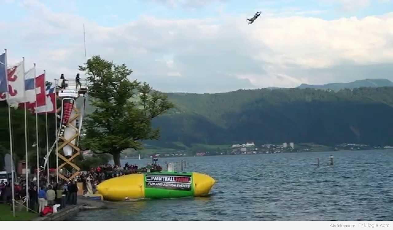 Pedazo de salto en un colchon de aire encima del agua