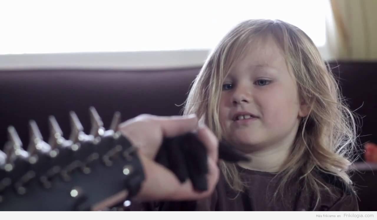 ¿Que hace un padre metalero cuando su hija se aburre? Manualidades!